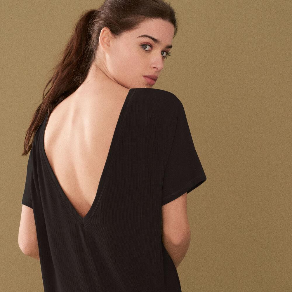 T-shirt black.